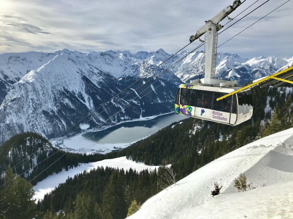 Traumhaft ist die Auffahrt mit der Rofan-Gondel im Skiurlaub mit Kindern Österreich