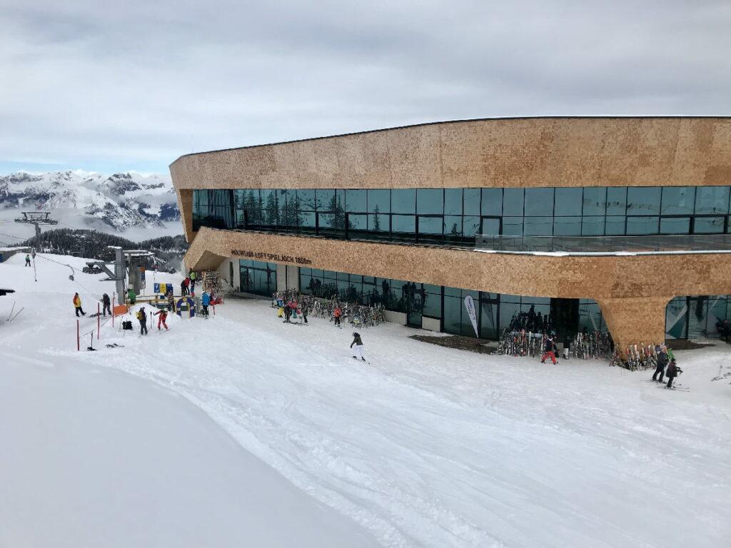 Mehr als eine Bergstation: Das moderne Gebäude mit Restaurants, Sportgeschäft und Kinderbetreuungsraum