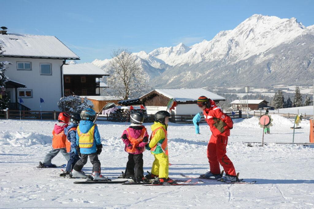 Der erste Skiurlaub mit Kindern - wir empfehlen einen Skikurs für die Kinder zu buchen