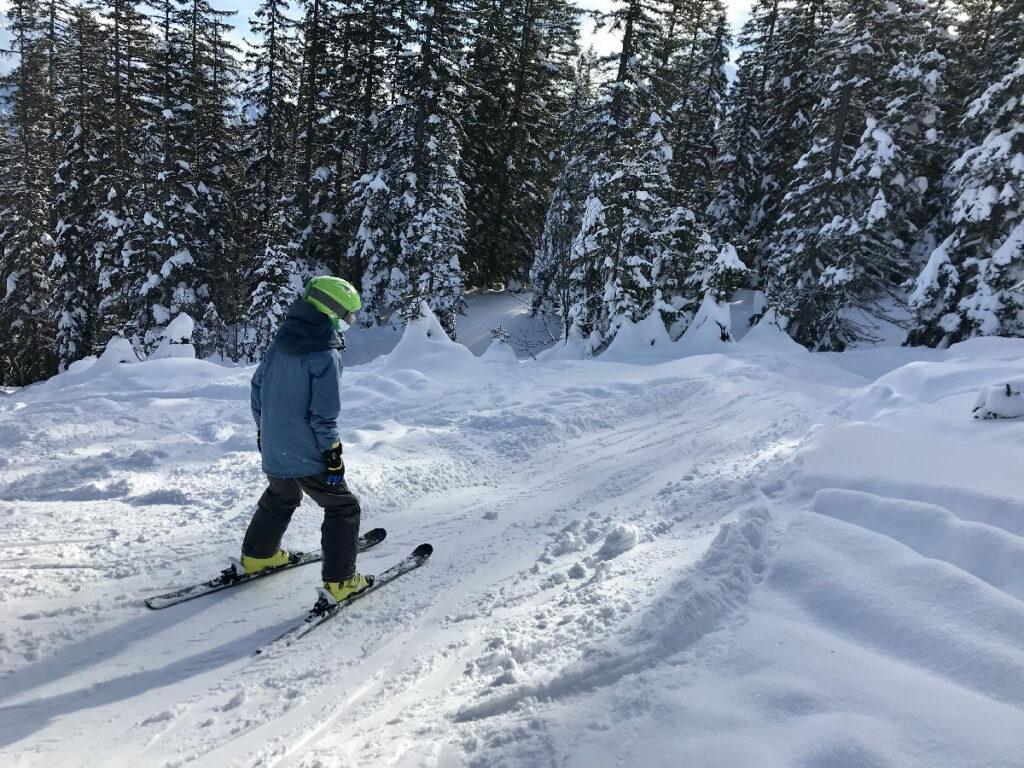 Skiurlaub mit Kindern - der Kleine hat seinen Spaß an solchen Abfahrten