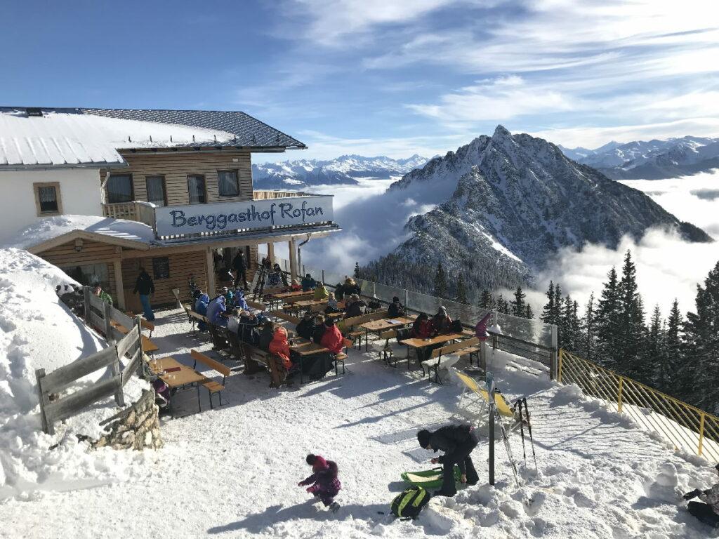 Im Skigebiet Rofan kannst du mit besonders viel Aussicht einkehren - und auch neben der Piste im Schnee spielen